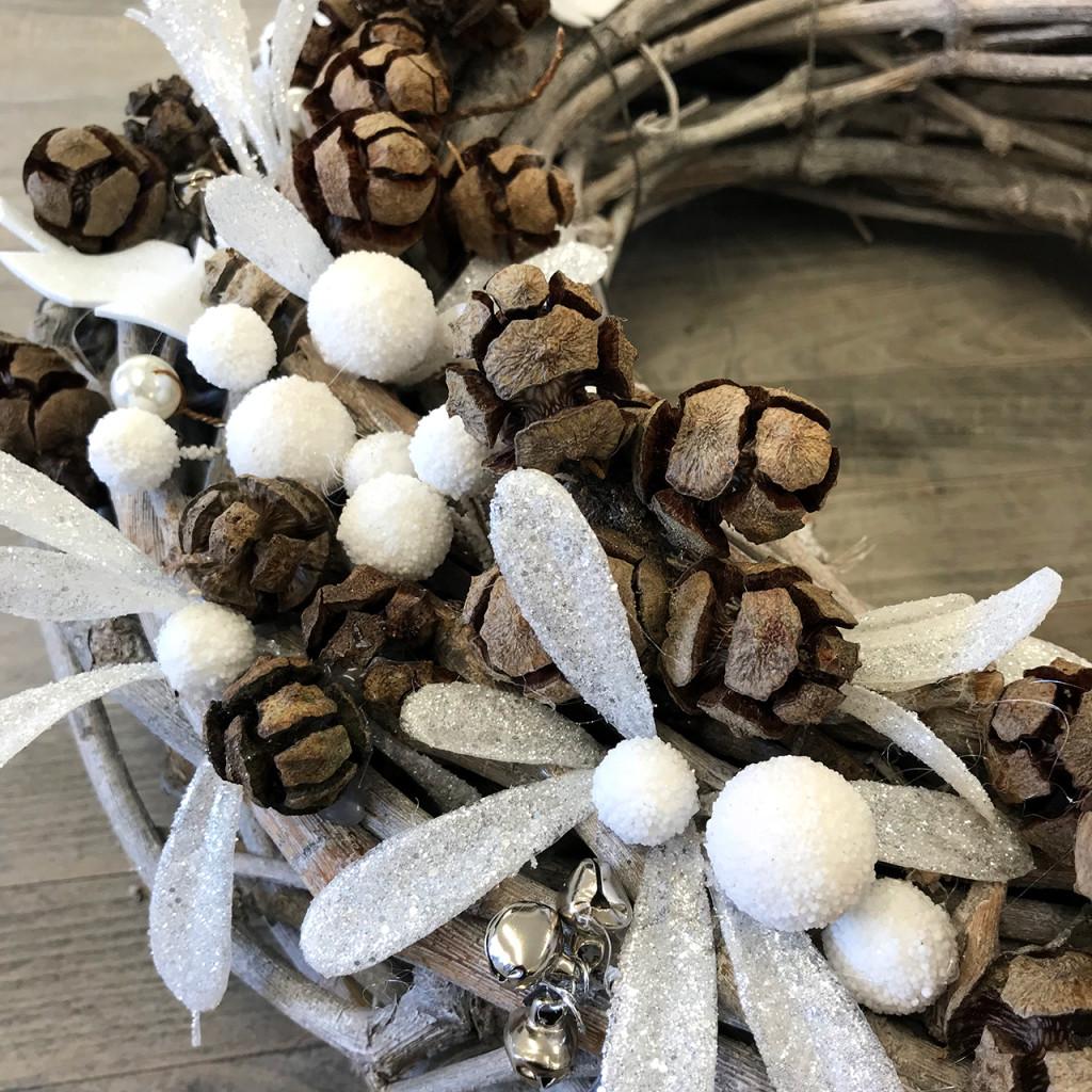Snow berries and pine cones